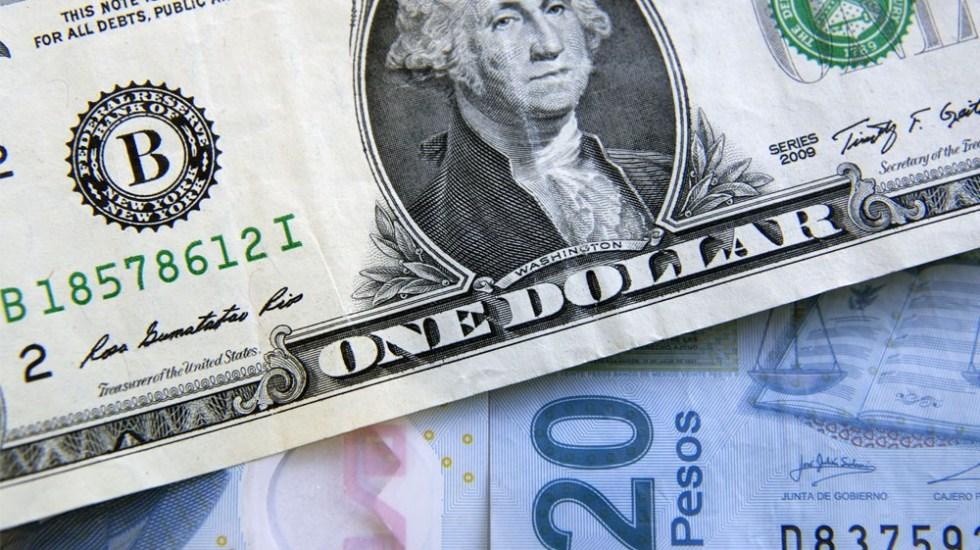 Dólar no cede y cierra semana sobre 25 pesos