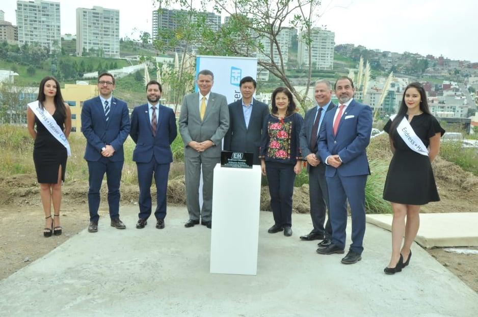 Eduardo Rodríguez, CEO de Endress + Hauser México, colocó la primera piedra del próximo edificio corporativo de la firma suizo-alemana de automatización