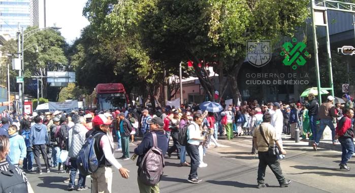 Electricistas se manifiestan frente a la Sener