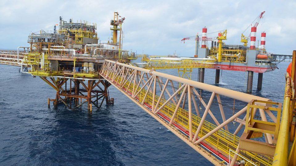 Tormertas impulsan precios del petróleo; mezcla de Pemex gana 1.5% a 41.12 dólares