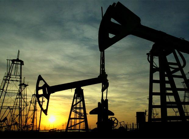 AIE observa sombras sobre mercado petrolero