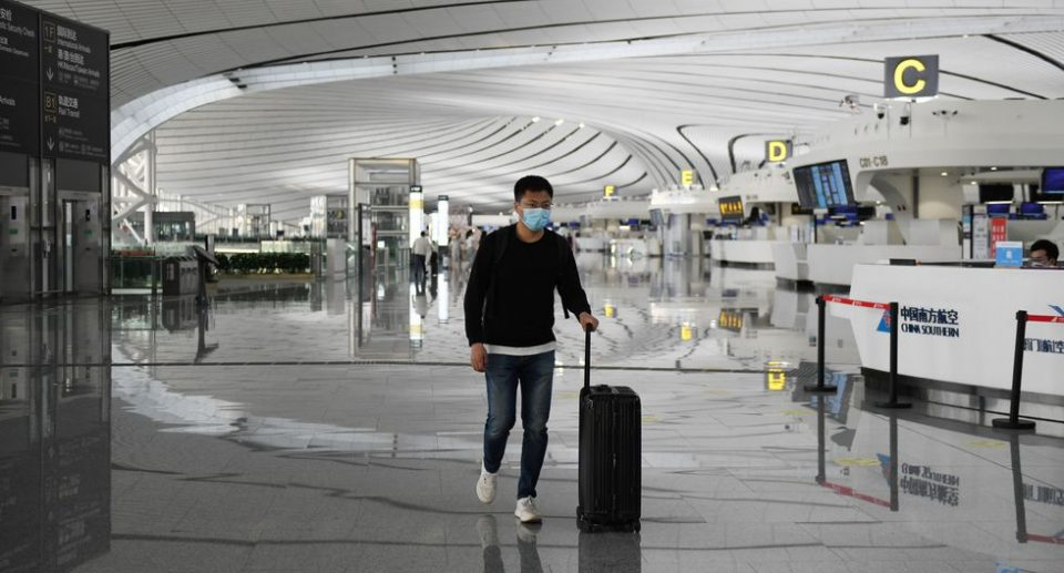 China suspende vuelos por rebrote en Beijing