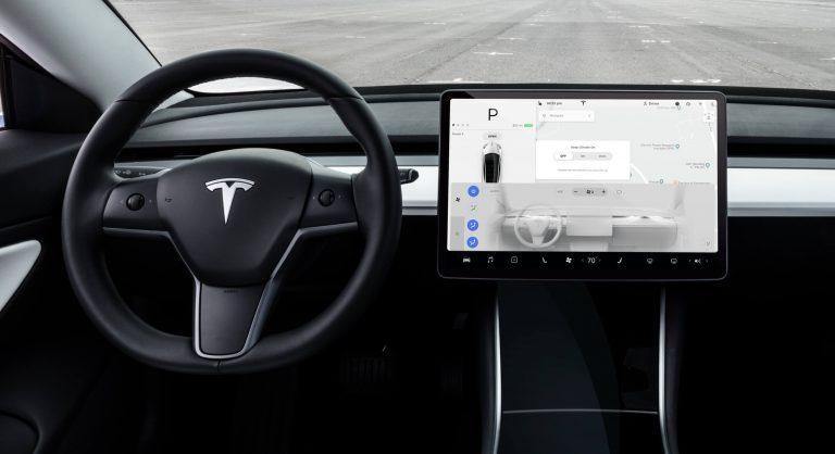 Tesla mete reversa a su auto eléctrico asequible