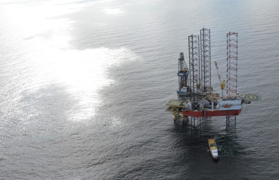 Ingresos petroleros caen 42.9% en primeros 10 meses del año
