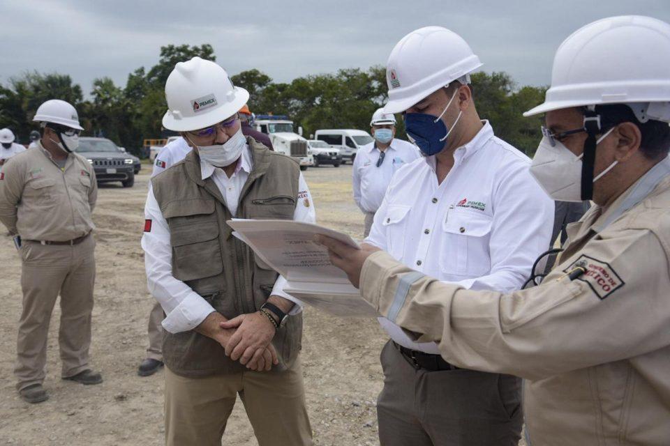 Director de Pemex supervisa pozos terrestres Ixachi