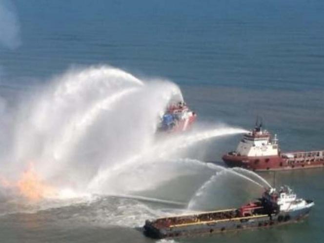 Pemex controla incendio de ducto frente a Dos Bocas