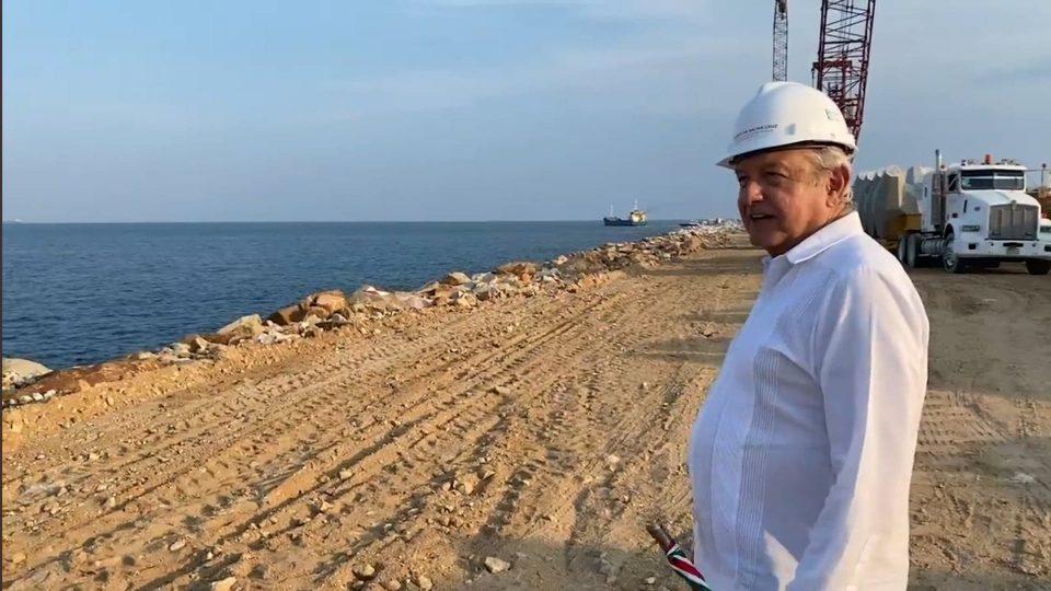 AMLO promete 10 parques industriales en Istmo de Oaxaca