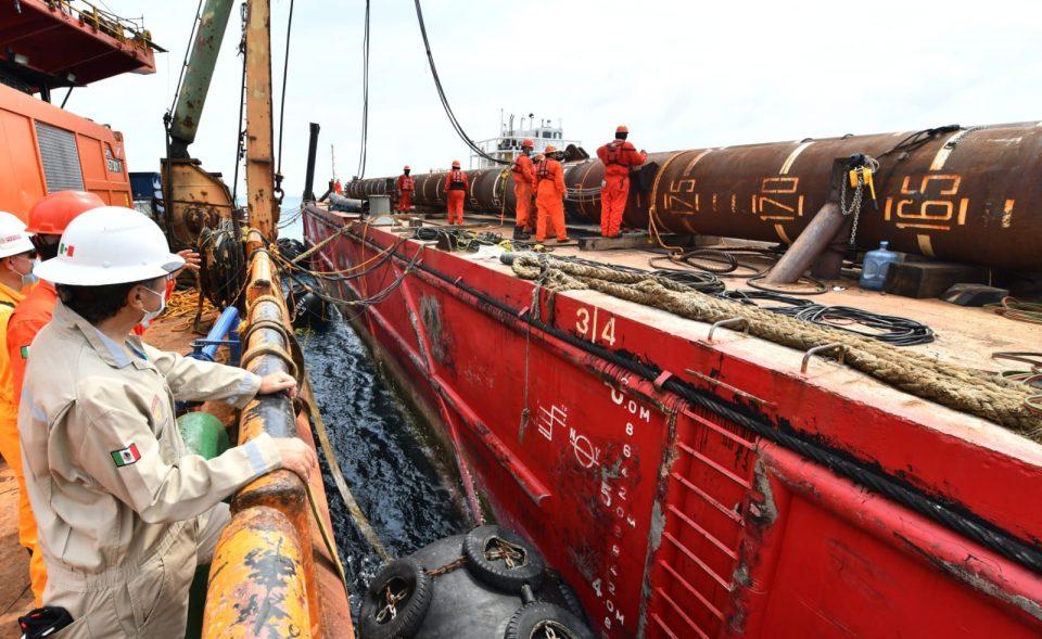 Octavio Romero Oropeza, director general de Pemex, acudió al barco grúa Fénix, para supervisar el avance de instalación de la plataforma Esah-A.