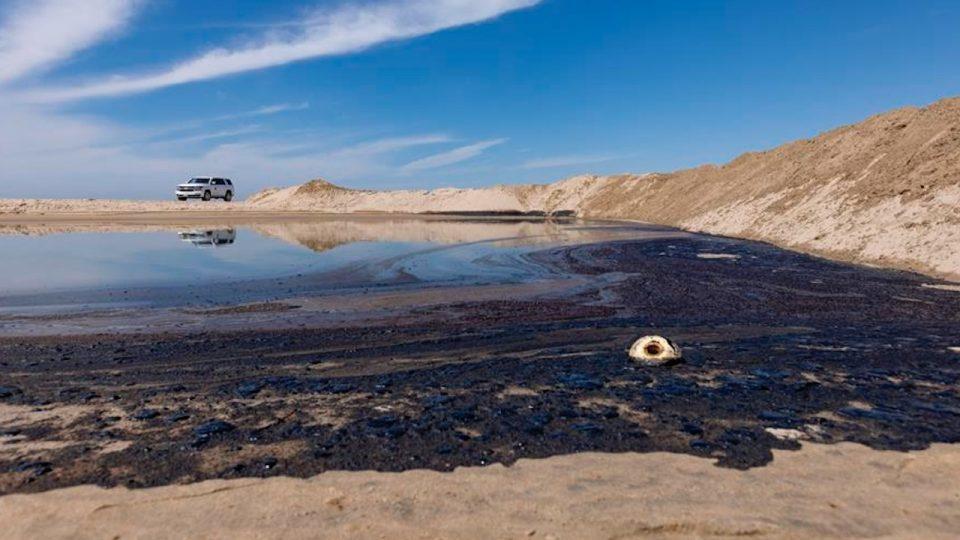 Derrame de crudo en costa de California enciende alerta de desastre ambiental